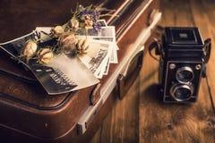 Παλαιές φωτογραφίες, μια κάμερα και ξηρά λουλούδια Στοκ εικόνα με δικαίωμα ελεύθερης χρήσης