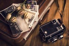 Παλαιές φωτογραφίες, μια κάμερα και ξηρά λουλούδια Στοκ εικόνες με δικαίωμα ελεύθερης χρήσης