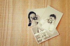 Παλαιές φωτογραφίες πέρα από το ξύλινο κατασκευασμένο υπόβαθρο Τρύγος που φιλτράρεται Στοκ Εικόνα
