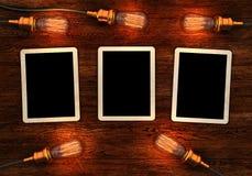Παλαιές φωτογραφίες στο ξύλινο υπόβαθρο με τις αναδρομικές λάμπες φωτός Στοκ φωτογραφίες με δικαίωμα ελεύθερης χρήσης