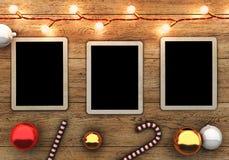 Παλαιές φωτογραφίες στο ξύλινο υπόβαθρο με τις γιρλάντες και τις διακοσμήσεις Χριστουγέννων Στοκ φωτογραφία με δικαίωμα ελεύθερης χρήσης