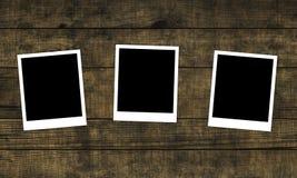 Παλαιές φωτογραφίες στο στενοχωρημένο ξύλινο υπόβαθρο Στοκ εικόνες με δικαίωμα ελεύθερης χρήσης