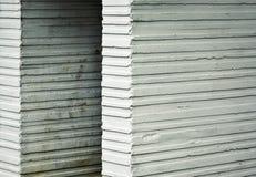 Παλαιοί άσπροι αυλακωμένοι τσιμεντένιοι ογκόλιθοι Στοκ εικόνα με δικαίωμα ελεύθερης χρήσης