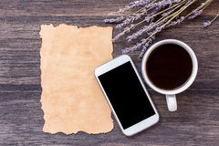 Παλαιοί έγγραφο και καφές στο σκοτεινό ξύλινο επιτραπέζιο υπόβαθρο στοκ εικόνα με δικαίωμα ελεύθερης χρήσης