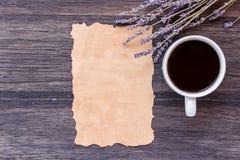 Παλαιοί έγγραφο και καφές στο σκοτεινό ξύλινο επιτραπέζιο υπόβαθρο στοκ φωτογραφία