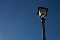 Παλαιοί λαμπτήρας οδών και μπλε ουρανός Στοκ φωτογραφία με δικαίωμα ελεύθερης χρήσης
