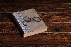 Παλαιοί βιβλίο και τρύγος γύρω από τα γυαλιά ανάγνωσης Στοκ φωτογραφία με δικαίωμα ελεύθερης χρήσης