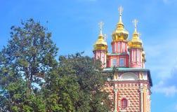 Παλαιοί θόλοι εκκλησιών κάτω από το μπλε ουρανό στοκ εικόνες