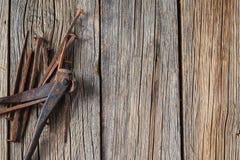 Παλαιοί καρφιά και κουρευτής ζώων στον αγροτικό ξύλινο πίνακα Στοκ φωτογραφία με δικαίωμα ελεύθερης χρήσης