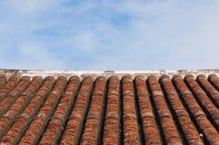 Παλαιοί κεραμίδι και μπλε ουρανός στεγών ύφους Στοκ Φωτογραφία