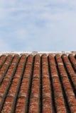 Παλαιοί κεραμίδι και μπλε ουρανός στεγών ύφους Στοκ εικόνα με δικαίωμα ελεύθερης χρήσης