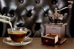 Παλαιοί μύλος καφέ και φλυτζάνι καφέ Στοκ Εικόνες