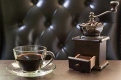 Παλαιοί μύλος καφέ και φλυτζάνι καφέ Στοκ Φωτογραφία