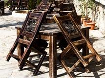 Παλαιοί ξύλινοι καρέκλες και πίνακες κήπων Στοκ Εικόνα