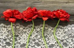 Παλαιοί ξύλινοι πίνακες με τα λουλούδια και τη δαντέλλα Στοκ Εικόνα