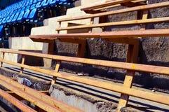 Παλαιοί πάγκοι σιδήρου και νέα πλαστικά καθίσματα Στοκ εικόνες με δικαίωμα ελεύθερης χρήσης