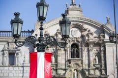 Παλαιοί πανοραμικός πυργίσκος και σημαία από το Περού Plaza de Armas, Λίμα Στοκ εικόνες με δικαίωμα ελεύθερης χρήσης