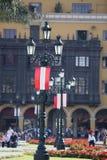 Παλαιοί πανοραμικός πυργίσκος και σημαία από το Περού Plaza de Armas, Λίμα Στοκ Εικόνες
