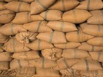 Παλαιοί σάκοι κάνναβης που περιέχουν το ρύζι που τοποθετείται που συσσωρεύεται Στοκ εικόνα με δικαίωμα ελεύθερης χρήσης