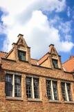 Παλαιοί σπίτια και μπλε ουρανός τούβλου στη Μπρυζ, Βέλγιο Στοκ Φωτογραφία