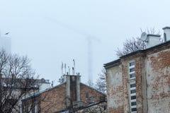 Παλαιοί σπίτι και γερανός τούβλου στην ομίχλη Στοκ φωτογραφία με δικαίωμα ελεύθερης χρήσης