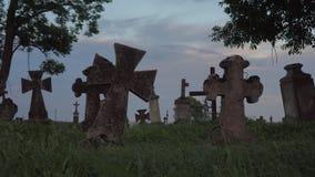 Παλαιοί σταυροί πετρών στο νεκροταφείο φιλμ μικρού μήκους