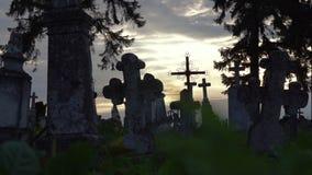 Παλαιοί σταυροί πετρών στο νεκροταφείο απόθεμα βίντεο