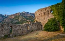 Παλαιοί τοίχοι φρουρίων και σειρά βουνών Στοκ Φωτογραφία