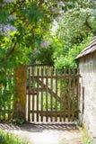 Παλαιοί φράκτης και πύλη σε έναν κήπο εξοχικών σπιτιών Στοκ Φωτογραφίες