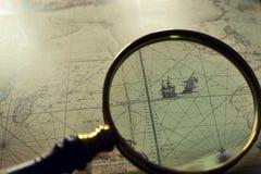 Παλαιοί χάρτες και ένας πιό magnifier Στοκ Εικόνες