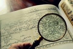 Παλαιοί χάρτες και ένας πιό magnifier Στοκ Φωτογραφίες