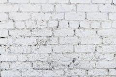 Παλαιός άσπρος συμπαγής τοίχος με τις ρωγμές Στοκ φωτογραφία με δικαίωμα ελεύθερης χρήσης