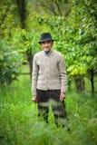 Παλαιός αγρότης στον οπωρώνα του Στοκ φωτογραφίες με δικαίωμα ελεύθερης χρήσης