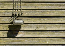 Παλαιός λαμπτήρας γυαλιού με τα καλώδια στον ξύλινο τοίχο Στοκ εικόνες με δικαίωμα ελεύθερης χρήσης