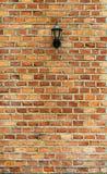 Παλαιός λαμπτήρας στο τούβλινο υπόβαθρο σύστασης τοίχων grunge Στοκ Εικόνα