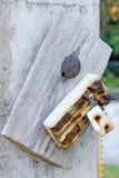 Παλαιός αναδρομικός και σπασμένος βρώμικος ηλεκτρικός διακόπτης σκουριάς Στοκ Φωτογραφίες