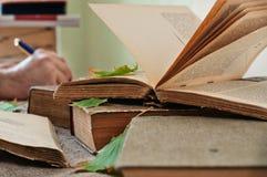 Παλαιός ανοικτός στενός επάνω βιβλίων Στοκ φωτογραφίες με δικαίωμα ελεύθερης χρήσης