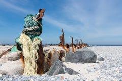 Παλαιός αποσυντέθηκε κυματοθραύστης στον αμμόλοφο, μικρό νησί κοντά σε Helgoland, Ger Στοκ εικόνα με δικαίωμα ελεύθερης χρήσης