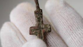 Παλαιός αρχαίος ασημένιος σταυρός απόθεμα βίντεο