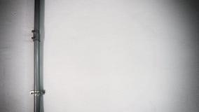 Παλαιός ασημένιος σωλήνας χάλυβα και άσπρος τοίχος σύστασης Στοκ Εικόνες