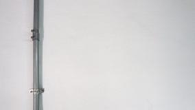 Παλαιός ασημένιος σωλήνας χάλυβα και άσπρος τοίχος σύστασης Στοκ Εικόνα