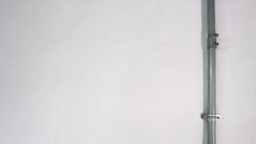 Παλαιός ασημένιος σωλήνας χάλυβα και άσπρος τοίχος σύστασης Στοκ φωτογραφία με δικαίωμα ελεύθερης χρήσης