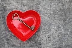 Παλαιός βασικός και μια κόκκινη καρδιά Στοκ φωτογραφίες με δικαίωμα ελεύθερης χρήσης