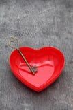 Παλαιός βασικός και μια κόκκινη καρδιά Στοκ φωτογραφία με δικαίωμα ελεύθερης χρήσης