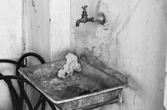 Παλαιός βρώμικος σκουριασμένος νεροχύτης μετάλλων Στοκ Φωτογραφίες