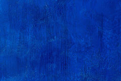 Παλαιός γρατσουνισμένος και προκαλεσμένος σκασίματα χρωματισμένος βασιλικός μπλε τοίχος Κενό μπλε πρότυπο Αφηρημένο κατασκευασμέν στοκ φωτογραφίες