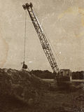 Παλαιός εγκαταλειμμένος εκσκαφέας για το σκάψιμο των κοιλωμάτων Στοκ Εικόνες
