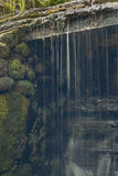 Παλαιός, εγκαταλειμμένος υδρόμυλος με τα ρεύματα νερού και τους μικρούς καταρράκτες Στοκ φωτογραφίες με δικαίωμα ελεύθερης χρήσης