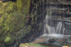 Παλαιός, εγκαταλειμμένος υδρόμυλος με τα ρεύματα νερού και τους μικρούς καταρράκτες Στοκ Φωτογραφίες