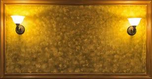 Παλαιός εκλεκτής ποιότητας λαμπτήρας στον τοίχο με το πλαισιωμένο κίτρινο υπόβαθρο Στοκ εικόνες με δικαίωμα ελεύθερης χρήσης